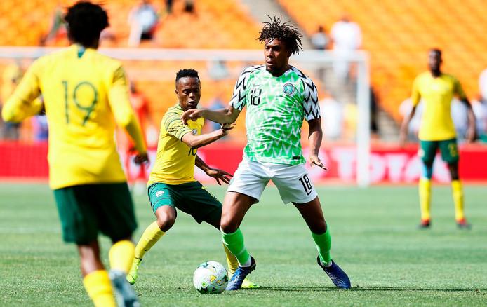 Thulani Serero (midden) in duel met Alexander Iwobi van Nigeria in de kwalificatiereeks voor de Afrika Cup.