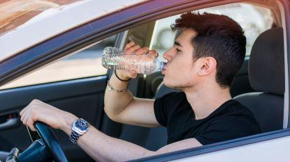 Waarom je met dit weer beter geen waterflesje in je auto laat rondslingeren