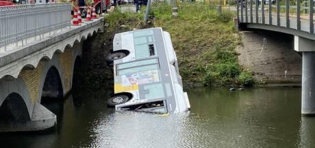 Un bus De Lijn termine sa course dans le canal à Bruges