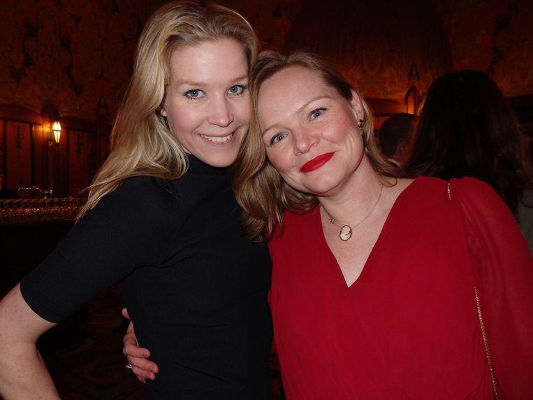 Karen Oldhoven (l) en Lidewij van Vliet (De Persgroep) dragen áltijd rokjes. Korter kan niet. Van Vliet: 'Dan zou ik de wereld op mijn blote billen moeten trakteren.' Beeld -