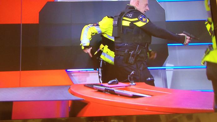 De agenten op het moment dat ze de man overmeesteren.