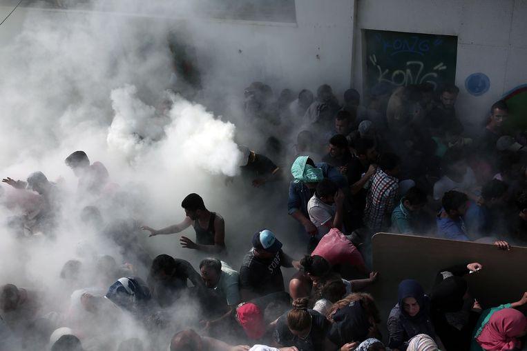 Bij het stadion van Kos trad de politie deze week hard op tegen migranten met onder andere brandplusapparaten. Beeld afp