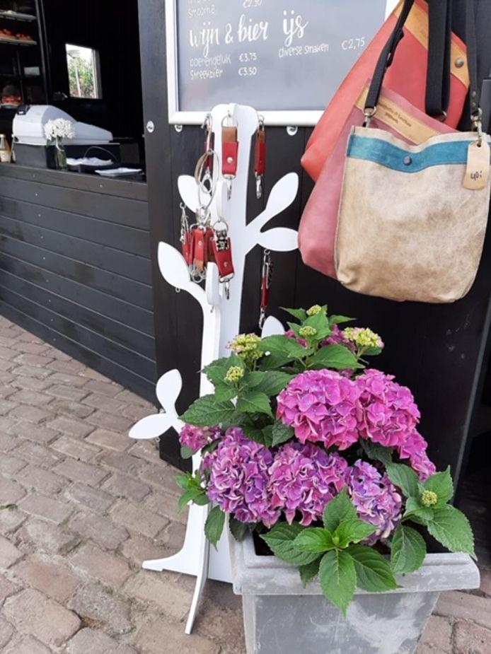 De handgemaakte tassen werden gestolen en gebruikt om andere producten uit de winkel mee te nemen.