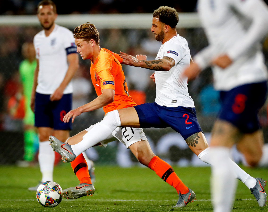 Frenkie de Jong flitst langs Kyle Walker.