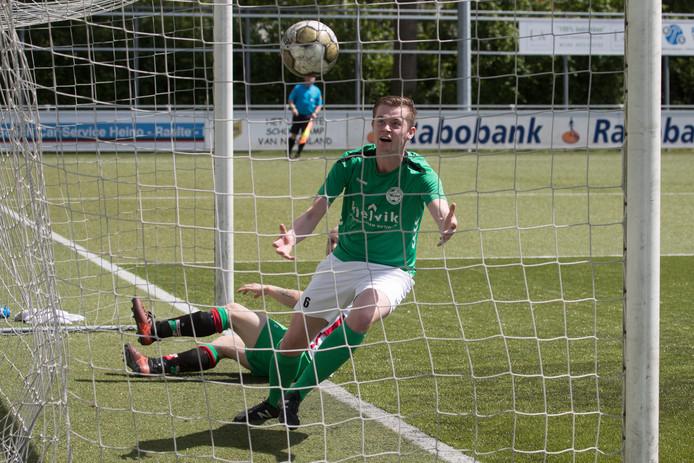 Luc Fakkert scoort en haalt de bal uit het net.