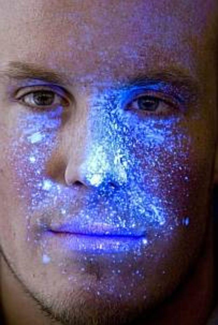 DNA spray wordt alleen met behulp van een UV-lamp zichtbaar.