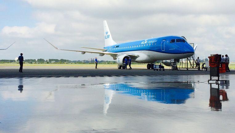 Een Embraer van KLM Cityhopper. De maatschappij start er dit najaar vluchten mee naar Dublin Beeld Het Parool