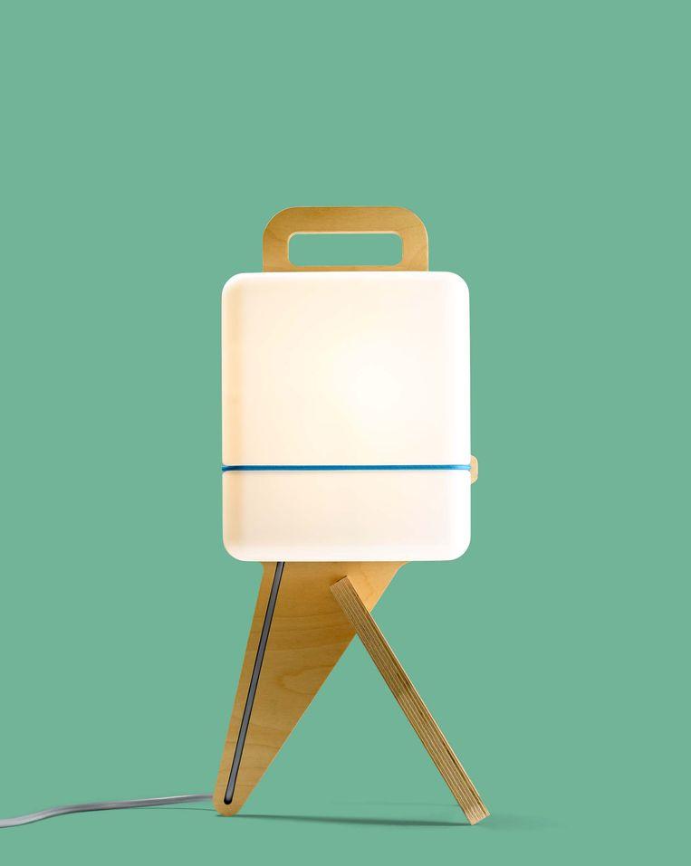 Ontwerper Jos Blom bedacht 'Henk': een tafellamp die eenvoudig te verplaatsen is, € 275. josblom.nu Beeld Arend Loerts