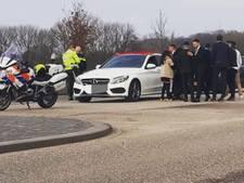 Toeteren, door rood rijden en fakkels afsteken: bonnenregen voor deelnemers van trouwstoet