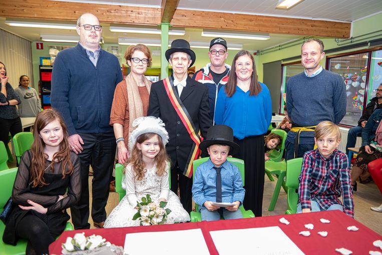 Ouders, getuigen, gelegenheidsburgemeester en schepen Gert Van denstorme rond het kersverse paar.
