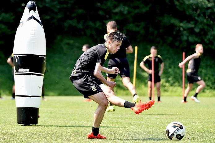 Mitchell van Bergen in actie tijdens het trainingskamp van Vitesse in Slovenië.