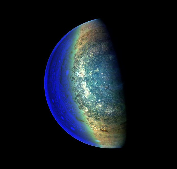 Op deze foto van Juno is goed te zien hoe de gassen zich rond een van de polen verspreiden.
