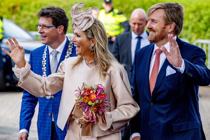 Koning Willem-Alexander en Koningin Maxima tijdens een streekbezoek aan Zuidwest-Drenthe. Máxima draagt dezelfde outfit als tijdens het staatsbezoek in Luxemburg. Ze kreeg toch erg veel commentaar.