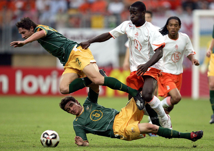 WK Onder 21 in 2005: Mark Milligan in duel met Quincy Owusu Abeyie bij Nederland-Australië. Stuart Musialik ligt op de grond. Rechts: Urby Emanuelson.