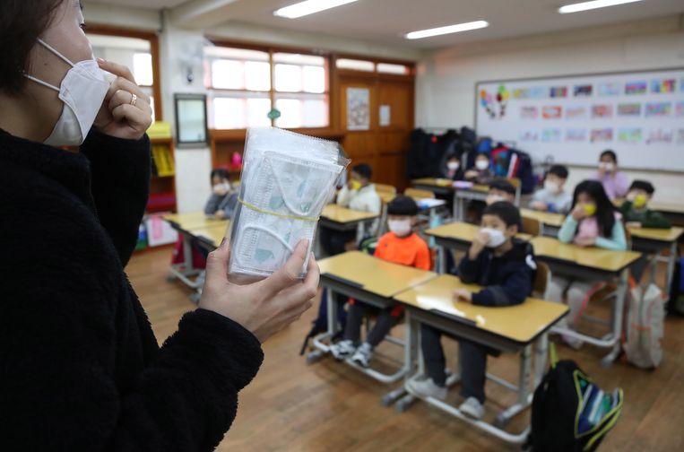 Na een lange vakantie legt deze lerares in Seoul (Zuid-Korea) uit hoe de mondmaskers gedragen moeten worden.