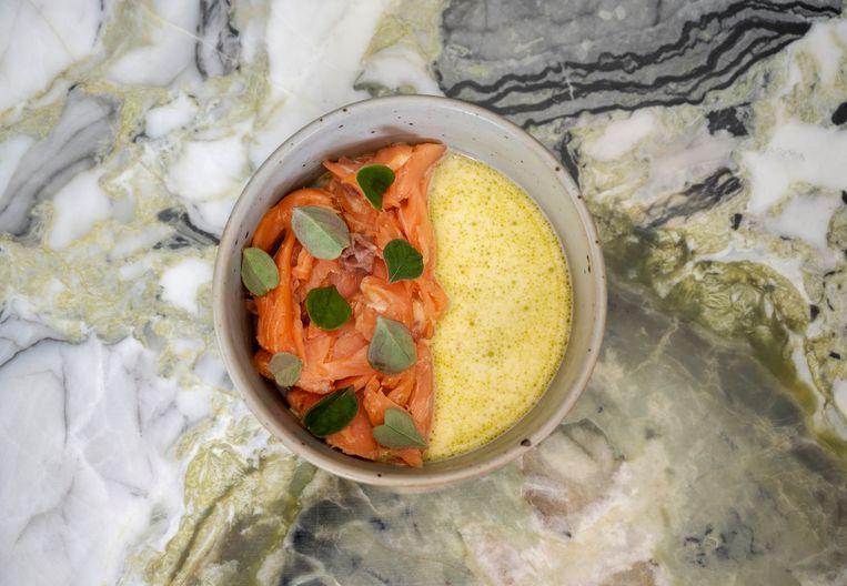 Gerookte zalm met saus van gefermenteerde asperge en vijgenbladolie. Beeld Els Zweerink