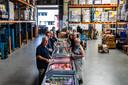 In de huidige hal van de voedselbank en het distributiecentrum werden gistermorgen weer pakketten klaargemaakt, die later die dag werden opgehaald door de klanten.