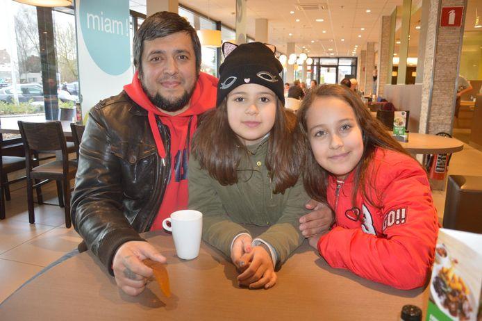 Papa Ramiz met dochters Eva en Karina, die schaakkampioene is.