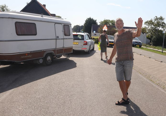 """Rini Fenijn treedt geregeld op als volleerd verkeersbrigadier om gasten uit de naast zijn winkel gelegen mini-camping de (te) drukke Sint-Bavodijk in Nieuwvliet op te helpen. ,,Al jaren speelt dit en er gebeurt niks."""""""