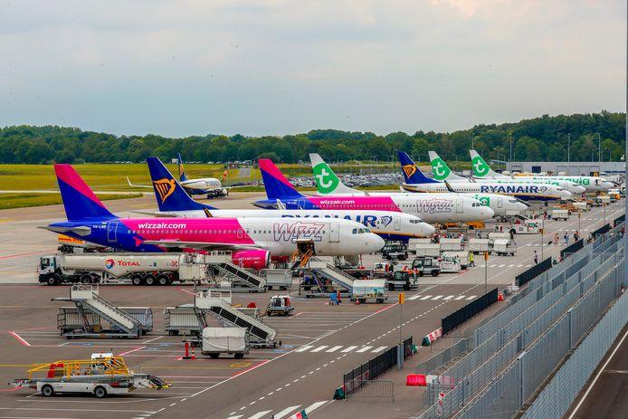 Vliegtuigen op het platform van Eindhoven Airport.
