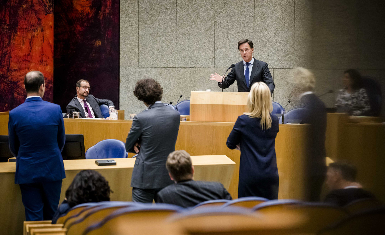 Premier Rutte aan het woord tijdens een debat over het uitstellen van de Klimaatakkoord-doorrekening presentatie.