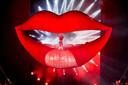 Het productieteam van Katy Perry wilde de suggestie wekken dat de zangeres werd opgegeten door een enorme opblaasbare mond, waarop ze ook moest kunnen staan en lopen. Maar inflatables zijn net springkussens; je kunt er niet stabiel op staan. Whitehead verzon een constructie met een verborgen podium. De kauwende mond komt in beweging door een man die onder het podium aan een touw trekt.