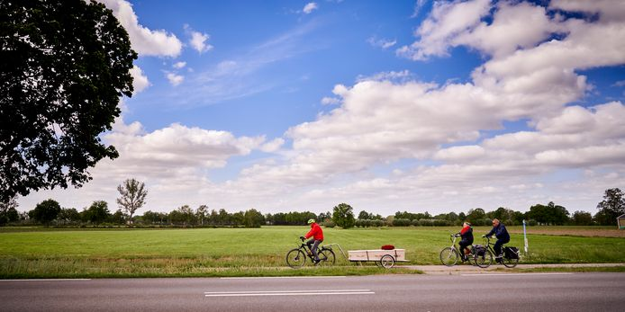 Ad Verhoeven uit Mariahout  op de fiets met de kist met daarin zijn Diny.