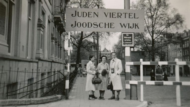 Amsterdam, 1941. De Joodse wijk bij het Waterlooplein werd een bezienswaardigheid. Beeld Album Van Vliet, Niod