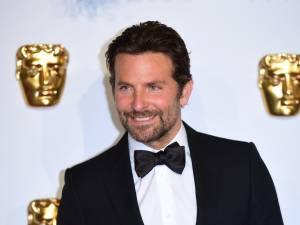 Bradley Cooper a une façon étrange d'appliquer sa crème solaire (et on devrait l'imiter)
