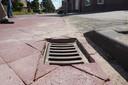 Een put mag een centimeter dieper liggen volgens de norm omdat de weg nog zakt. Hier en daar liggen putten dieper.