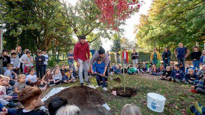 """220 kinderen planten boom voor overleden vriendin: """"Zo blijft Adea voor altijd bij ons"""""""