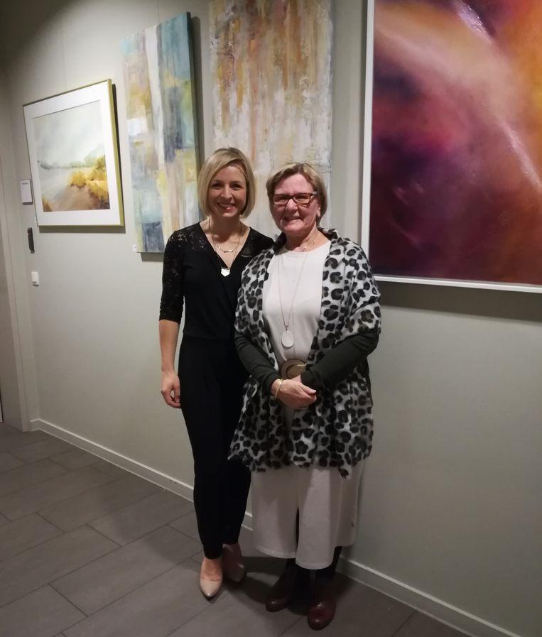 Carmen Schneider (links) en Ingrid Van den Broeck (rechts) tonen hun werken in Plazarama.
