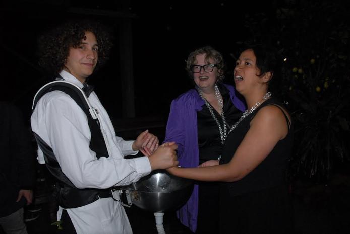 Marieke van den Groenendaal en Helen van de Paverd hebben hun taak als nachtburgemeesters volbracht. Handenwasser Frank van Zessen zorgde voor een ceremonieel slotakkoord.