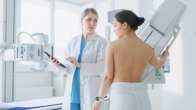 Een vrouw ondergaat een mammografie, een techniek die gebruikt wordt om borstkanker op te sporen.