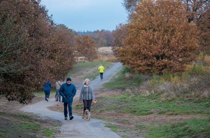 Wandelaars nabij de parkeerplaats Langenberg in Ede.