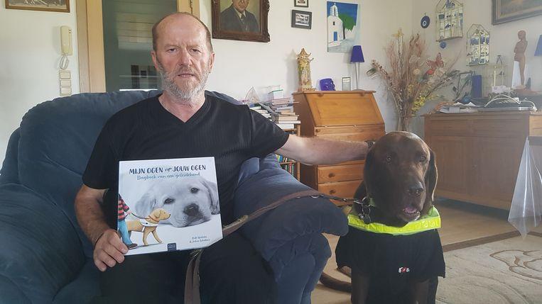 Julius Schellens met Willow en zijn nieuwste boek.