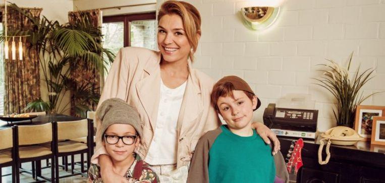 Evi Hanssen en haar zonen in 'Groeten uit'
