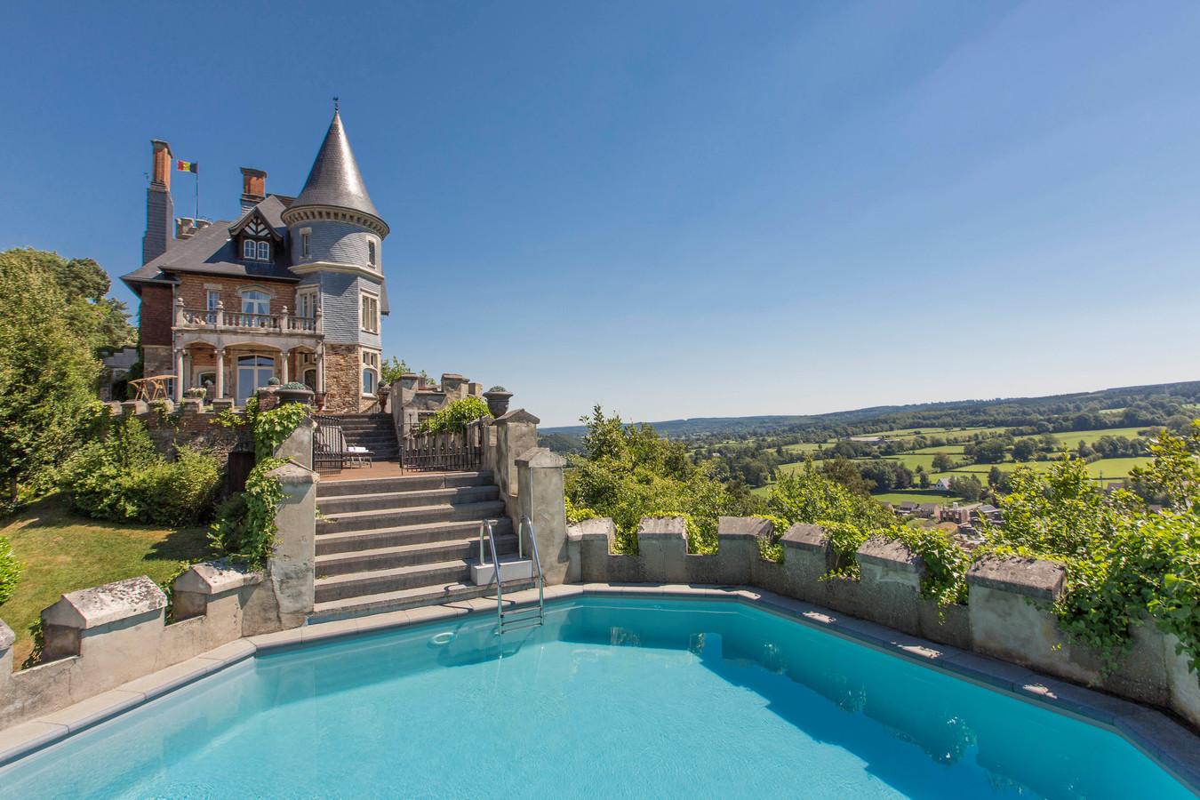 Kasteel in Spa met zwembad op de vestingwal en verpletterend uitzicht. Het luxueuze optrekje maakt deel uit van de portefeuille van Ardennen Plezier. Net als trouwens gewonere chalets in een mildere prijscategorie.