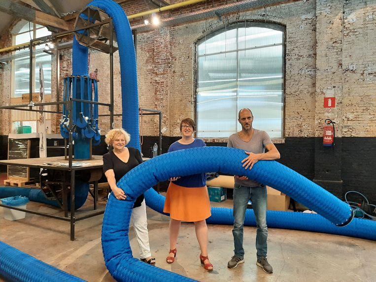 Schepen Denise Vandevoort, voorzitster van AGSL Lies Corneillie en kunstenaar Ief Spincemaille presenteren de 'ropes'.