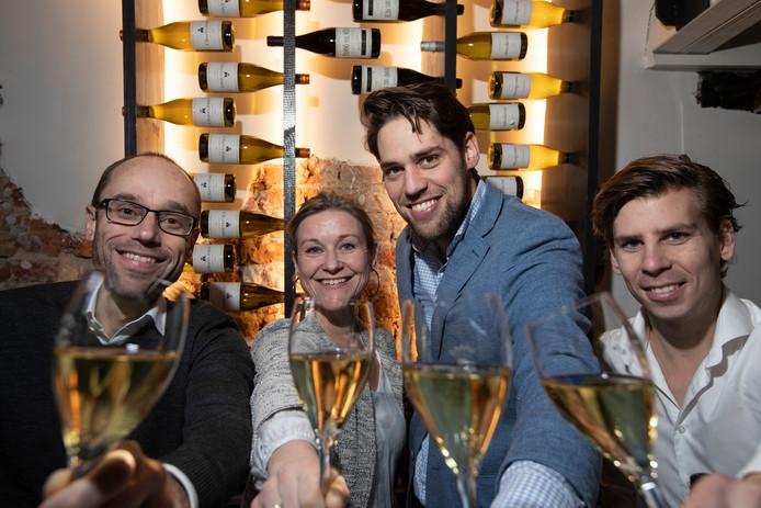 Wijnbar Nic & ik Zutphen zat bij de top 15 wijnbars van Nederland. V.l.n.r. Nicolai Huls, Bibi Bodegom, Gijs Roebers en Koen van der Poel.
