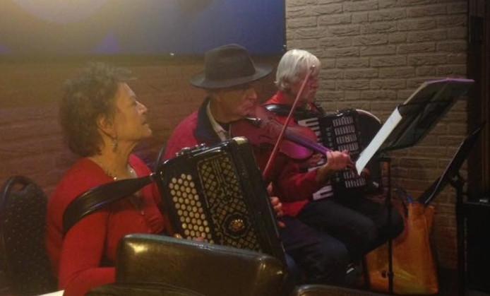 De muzikale groep, bestaande uit vijf personen, was deze avond in een wat minder grote bezetting aanwezig.