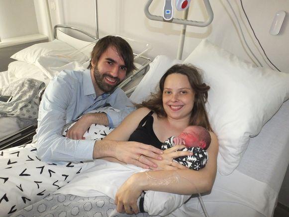 Bertrand en Marthe met hun zoontje Dax.