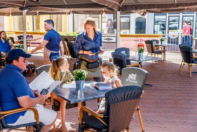 De heropening van de horeca leidde niet tot problemen. Op de foto het terras van De Rechter op de Markt in Steenwijk.