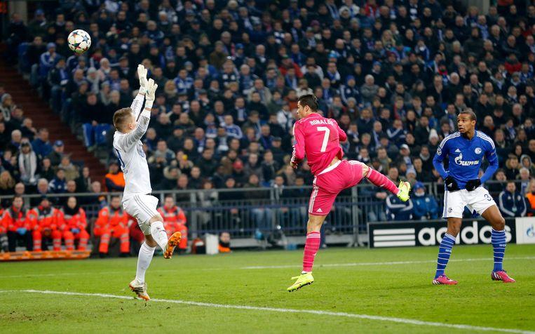 Timon Wellenreuther in zijn debuut tegen Real Madrid, met Cristiano Ronaldo.