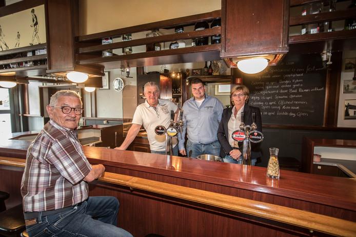 Het echtpaar Dillen met hun zoon Dré achter de bar van Cafe de Spoprtvriend in Veldhoven. Aan de bar zit  Aart Hoeks, zoon van de eerste uitbater.