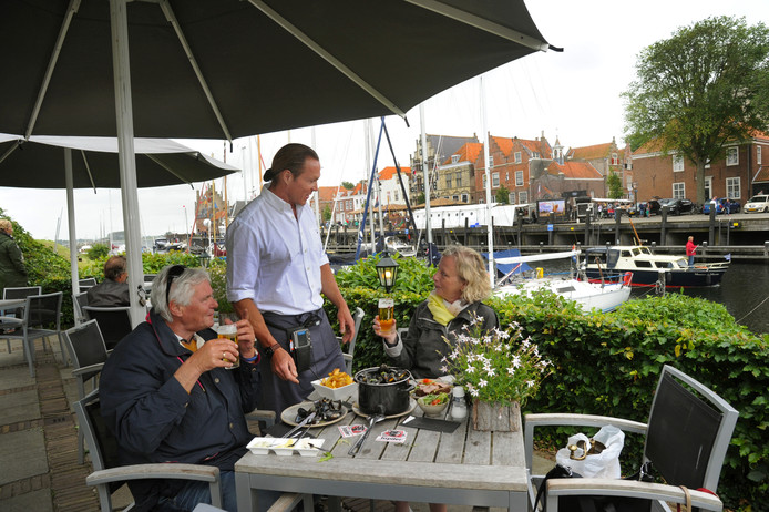 Dennis de Graaf aan het werk op het terras van De Werf in Veere.
