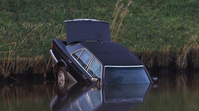De auto waarin het lichaam van Ralf Meinema werd gevonden.