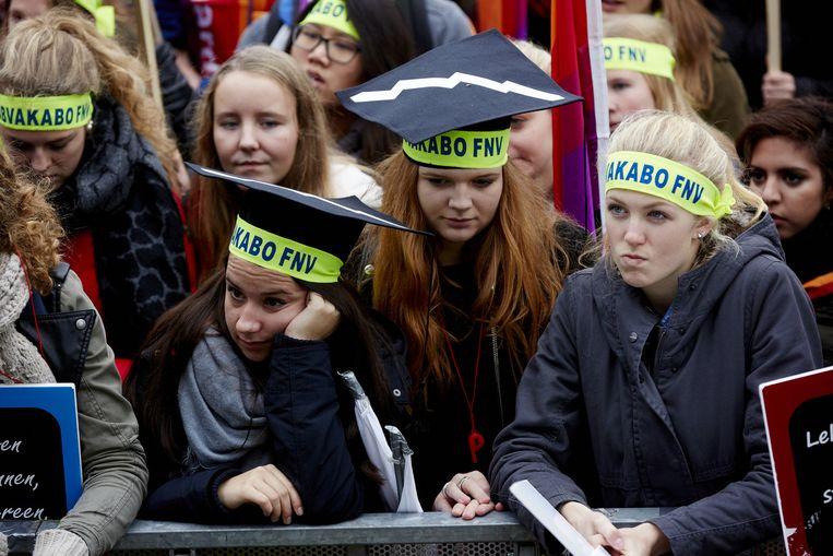 Meisjes met hoofdbandjes van de vakbond Abvakabo. Beeld anp