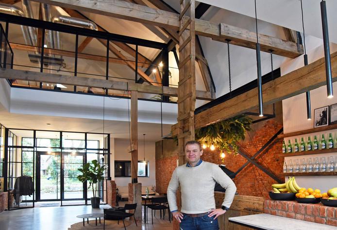 Eric Tissink van In Zaken in 'Stal 13', de oude boerenschuur midden in Terneuzen die werd verbouwd tot modern kantoorpand.