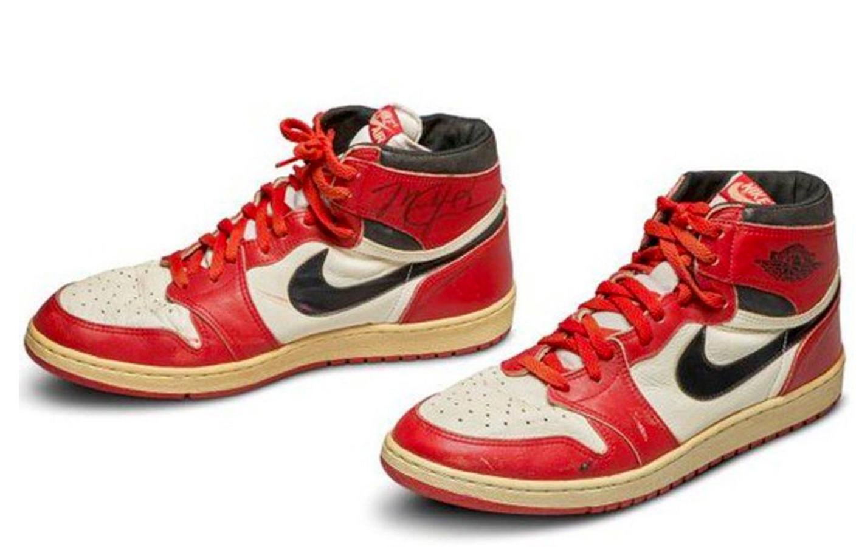 Het paar Air Jordan 1's dat voor een half miljoen euro werd verkocht.